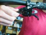 Durch leichtes Drehen an einer Rändelschraube am Schaltgriff lässt sich das Schaltwerk einer Kettenschaltung feinjustieren.