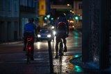 Reflexmaterial ist ein entscheidendes Plus beim Radfahren in der dunklen Jahreszeit und bei Nacht. Ohne sind Radfahrer erst um manchmal entscheidende Sekunden später zu erkennen.