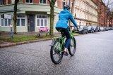 """Auch wenn Räder und Bremsen nach Mountainbike aussehen: Das """"Speedster SP2E"""" ist ein schnelles Reiserad, hier ausgestattet mit Mittelmotor und elektronischer Schaltung (Hersteller: Velotraum)."""