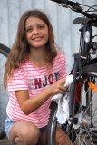 Nach dem Einsprühen mit Fahrradreiniger lohnt es sich, manche schmutzige Stellen nochmals nachzupolieren.