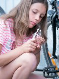 Früh übt sich, wer ein Fahrradmechaniker werden möchte.