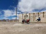 Auf Fahrradreisen entdeckt man vergessene Orte, wie hier ein verlassenes Haus auf der Hochebene im Pamir auf rund 4000 Meter über dem Meer.