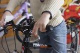 Auch Kinderräder wollen gut eingestellt sein. Von Bedeutung ist etwa die richtige Stellung der Bremshebel, die je nach Sattel- und Lenkerhöhe variiert. Nur so sind ein schneller Griff zum Hebel und eine ergonomische Handhaltung garantiert.