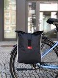 """Als Zubehör-Spezialist für den urbanen Fahrradeinsatz bringt die Firma Fahrer Berlin die faltbare Immer-dabei-Gepäcktasche """"Komplize"""" auf den Markt. Über ihre steife Rückwand kann sie per Klick-fix-Halterung am Gepäckträger befestigt werden. Material: PU-beschichtetes Recyling-Polyester."""