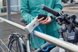 """Eine smarte Idee: das schlüssellose Fahrradschloss. Die Firma Abus bringt mit dem """"770A SmartX"""" ein Bügelschloss ihrer höchsten Sicherheitsstufe auf den Markt, das sich per App und Bluetooth vom Handy aus öffnen lässt. Annäherung reicht, ein kleiner Motor erledigt den Rest."""