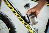 Dank einer Magnethalterung lässt sich die Trinkflasche besser und leichter entnehmen - selbst bei kleine Rahmen.