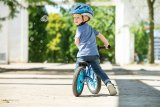 Wenn der Helm gut passt, schränkt er die Bewegungsmöglichkeiten des Kindes nicht ein. Nur dann wird er auch gern getragen.