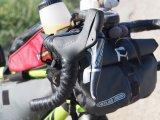 Spezielle Bikepacking-Lenkertaschen sind so konstruiert, dass sie genau in den Rennlenker passen und beim Lenken nicht stören.