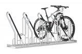 Die Firma Walter Solbach Metallbau bietet Firmen wie auch Kommunen begrünbare und solarenergetisierbare Überdachungen an, die etwa als Buswartehäuschen oder Fahrrad-Abstellanlagen nutzbar sind. Hier der entsprechende Anlehn-Fahrradständer.