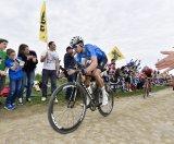 Auf rauem Untergrund, wie ihn exemplarisch die belgischen Frühjahrsklassiker bieten, braucht es ein Bike, das einstecken kann, immer gut kontrollierbar ist und keine extreme Sitzposition verlangt. Qualitäten, die Cyclocross- und Gravel-Modelle von Haus aus mitbringen.