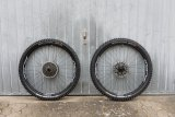 Jetzt sind die Tubeless-Laufräder einsatzbereit und der ersten Runde zur Feinabstimmung des Reifendrucks steht nichts mehr im Wege.