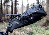 """Unter dem Sattel befestigt und hinter dem Fahrer positioniert wird der sogenannte """"Seatpack"""", hier ein wasserdichtes Modell des Taschenspezialisten Ortlieb."""