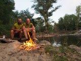 Erschöpft, aber glücklich: Zum Abschluss der Tour wird auf offener Flamme direkt am Fluss gegrillt.