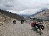 """Unterwegs im Wakhan-Valley. Auf der rechten Flussseite liegt Afghanistan. Während ein E-Biker bei steilen Passagen einfach in den Modus """"High"""" wechselte, müssen konventionelle Radler oft schieben."""