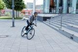 """Mit dem """"Pedelec +"""" bietet Abus einen Fahrradhelm, der auch von S-Pedelec-Fahrern genutzt werden darf."""