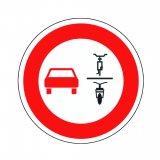 Die novellierte Straßenverkehrsordnung sieht die Einführung eines neuen Verkehrszeichens vor, welches das Überholen von einspurigen Fahrzeugen durch mehrspurige Fahrzeuge verbietet. So könnte es aussehen.