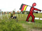 Eine Tour entlang der ehemaligen innerdeutschen Grenze ist immer auch eine Auseinandersetzung damit. Dafür sorgen allein schon die zahlreichen Kunstwerke und Denkmäler am Streckenrand.