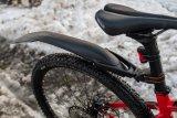Mountainbikes sind dank ihrer griffigen Bereifung gute Winterräder. Abnehmbare Radschützer halten trocken, modernes Akkulicht sorgt für Sichtbarkeit.