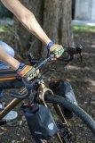 Mehr Farbe und mehr Packvolumen ans Bike: schicke Kurzfingerhandschuhe von Pedal Palms und pfiffige Gabelholmtaschen für das bike-packing von Ortlieb.
