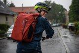 Dieser wasserdichte Rucksack ist gleichzeitig eine Packtasche für die Montage am Gepäckträger.