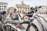 E-Bike-Antriebsspezialist Brose bietet jeweils optimal konfigurierte Antriebe für unterschiedliche Einsatzbereiche. Im Bildhintergrund ein Pedelec, ausgestattet mit einem Brose-Motor in einem Aluminiumgehäuse.