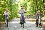 Gemeinsam macht mehr Spaß - das gilt auch für Kinder und die ersten Radtouren. Wenn die Räder in der Größe gut passen, sind die Kleinen erstaunlich munter unterwegs.