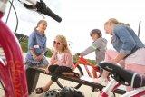 Kinder lieben Fahrräder, nach wie vor. Und sie wachsen mit ihnen, sowohl in ihren Fähigkeiten als auch in ihren sozialen Möglichkeiten. Radfahren ist gut für´s größer werden.