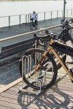 Da freut sich das Rad: Die Fahrradabstellanlage von Stadtmöblierer WSM bietet sicheren Stand, genug Platz und einen ummantelten Anlehnbügel. Das schont den Lack.