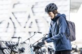 Eine wetterfeste, wärmende Jacke sowie gute Handschuhe sind das Mindeste, was Winter-Radfahrende an Ausrüstung benötigen.