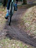 Das Fahren mit schmalen Reifen über Waldwege und durch Matsch zeichnet die Faszination Cyclocross aus.