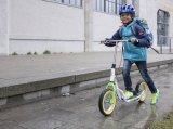 Ein mit Luftreifen ausgestatteter Roller ist ein praktischer und sicherer Begleiter für den täglichen Weg zur Schule.