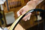 Damit Reifen und Felge eine luftdichte Verbindung eingehen können, muss das luftdichte Felgenband penibel, straff und möglichst auf voller Breite des Felgenbetts geklebt werden.
