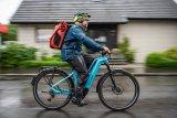 Wasserdichte Hüllen für Mensch und Gepäck machen das Fahrrad (fast) zum Amphibien-Fahrzeug.