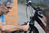 Mit einem Multitool lassen sich die Felgenbremsen am Kinderrad wieder passend einstellen.
