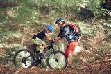 7. Beim Klettern und Sichern am und mit dem Seil spielt Vertrauen eine große Rolle. Diese Erfahrung übertragen wir gleich aufs Biken. Auch wenn das Material ideal ist: Ein paar Balance- und Kurvenübungen bereiten uns auf den anspruchsvollen Rückweg durch den Wald vor.