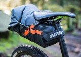 Seatpacks sind Packtasche und Spritzschutz für den Rücken in einem. Wasserdicht müssen sie aber sein.