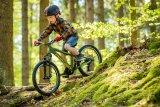 Volle Konzentration: So ein Kinder-Mountainbike macht jede Menge Offroad-Spaß möglich. Das fordert Körper und Geist heraus.