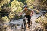 """Das E-Mountainbike ist eines der wichtigsten thematischen Zugpferde der Radbranche 2019. E-MTB-Pionier Haibike bietet eine ganze Reihe E-Geländeräder mit unterschiedlichen Einsatzzwecken und Motor an. Im Bild der französischen Slopestyle- und Freeride-Profi Yannick Granieri aud einem """"Xduro Nduro 3.0""""."""