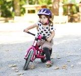 Laufräder fordern schon eine ganze Menge Koordination vom Kind. Für die Kleinsten sind es reine Spielzeuge, keine Streckenfahrzeuge.