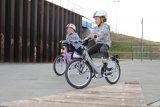 Wenn der Platz reicht und keine Autos mitmischen, können Kinder das Fahrradfahren ganz nach ihren aktuellen Fähigkeiten genießen. Gern auch spielerisch und zusammen mit Freunden.