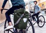 """Schon ein Klassiker des Transportwesens: der """"Back-Roller Urban"""" von Ortlieb bietet 20 Liter Stauraum, wasserdicht verpackt, zugänglich über einen Rollverschluss und mit einem Tragegurt versehen. Während der Fahrt fixiert ein Quick-Lock-System die Tasche am Gepäckträger."""