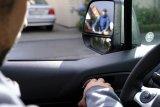 """Beim """"Holländischen Griff"""" greift der Autofahrer mit der rechten Hand zum Türgriff. Der Körper dreht sich so automatisch zum Schulterblick: Radfahrer werden nicht mehr so leicht übersehen, gefährliche """"Dooring""""-Unfälle seltener."""