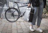 """Ein schlauer Begleiter im Radelalltag ist die Gepäckträgertasche. Die """"Kurier fix"""" von Fahrer Berlin gibt es in unterschiedlichsten Styles, da sie auch aus recyclten Planen gefertigt wird."""