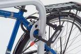 Das an den Haltebügel angeschweißte Blech sorgt dafür, dass das Fahrradschloss nicht herunterrutschen kann und leicht erreichbar bleibt.