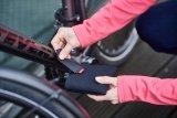 Sehr praktisch u. a. für den Radtransport per Auto sind passende Schutzhüllen für Fahrradpedalen. Sie ersparen manchen Kratzer - am Lack, an der Wade und an anderen Fahrrädern. Sie sind aus Recyclingmaterial gefertigt und kommen von Fahrer Berlin.