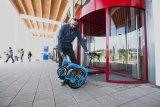 Nur wenige Handgriffe sind nötig, um aus dem vollgefederten Faltrad ein kompaktes Paket zu machen, das auch im Büro ein Plätzchen findet.