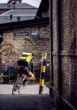 Bei Fahrradkurieren weltweit vielfach bewährt sind sogenannte Messengerbags: schlankes Packmaß, großer Innneraum, schneller Zugriff, gutes Tragesystem, wasserdicht.