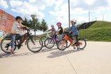 In der Gruppe macht das Lernen mehr Spaß - das gilt auch für´s Fahrradfahren. Autofreie Plätze sind ideal.