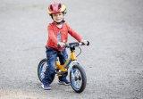 Zu einem wichtigen Mobilitätsbaustein hat sich das Laufrad entwickelt. Sehr aktuell ist dieses Modell mit Elastomerfederung hinten, innenliegendem Bremszug und besonders geringem Gewicht.