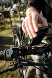 """Ein großflächiger Klett an der Handyhalterung """"Spitzel"""" von Fahrer Berlin hält das Smartphone auch auf ruppigen Pisten sicher am Lenker. Handyhülle und universelle Lenkerhalterung sind auch einzeln erhältlich."""